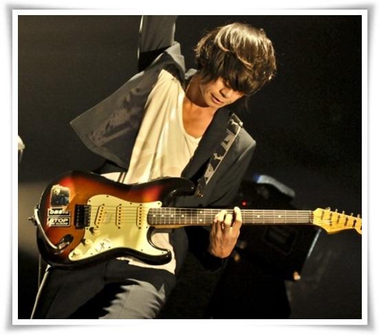 アレキサンドロス川上洋平のギターの種類まとめ!アコギ以外も凄い?8